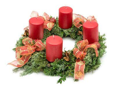 Adventskranz mit vier roten Kerzen