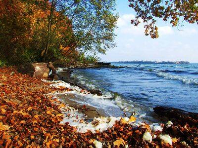 Bunter Herbstanfang am See