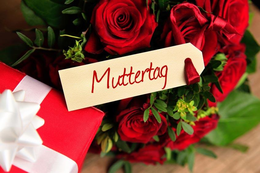 Muttertag mit Rosen, Geschenk und Schild