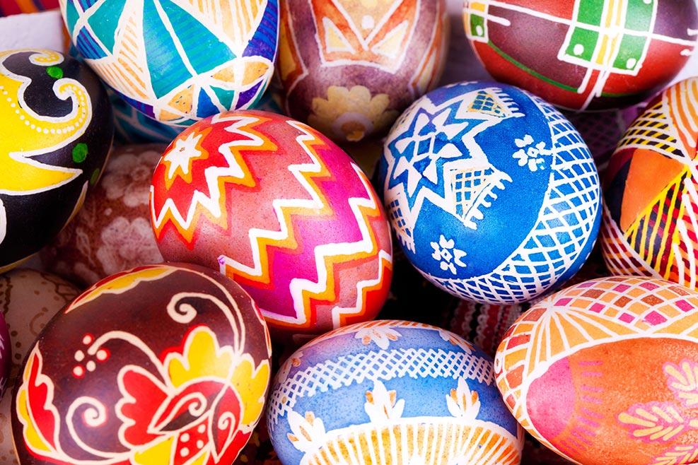 Mehrere bunt bemalte Ostereier mit schönen Mustern