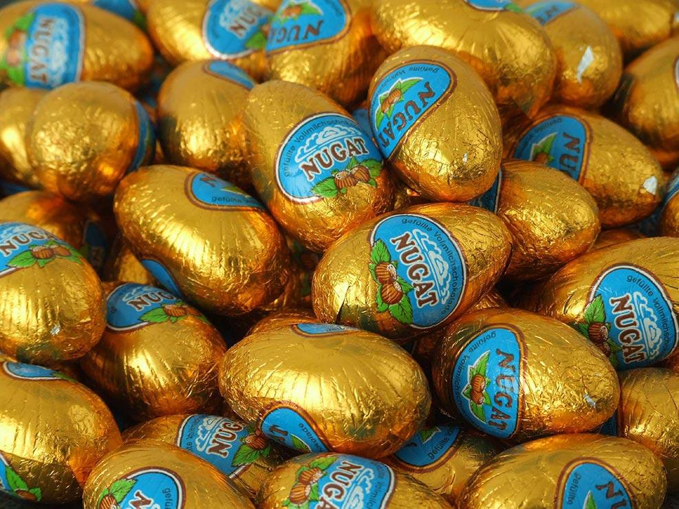 Nougat-Ostereier mit Schokolade umhüllt