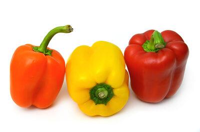 Drei Paprika Schoten (orange, gelb, rot)
