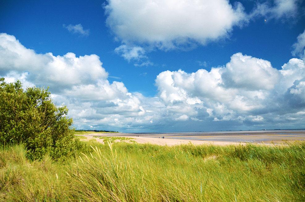 Sommeranfang am Strand mit Düne und Wolken
