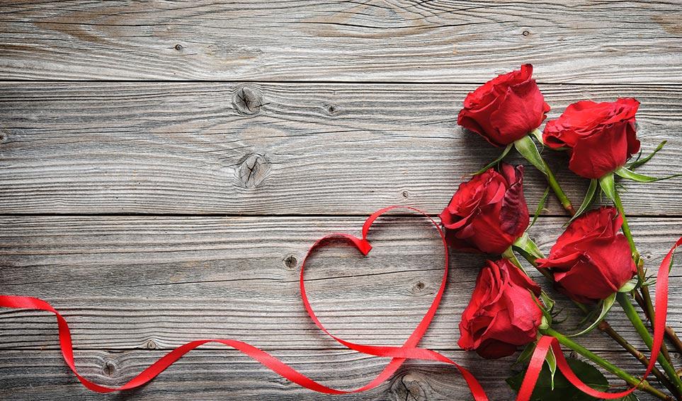 Valentinstag – Herz-Band mit roten Rosen auf Holz